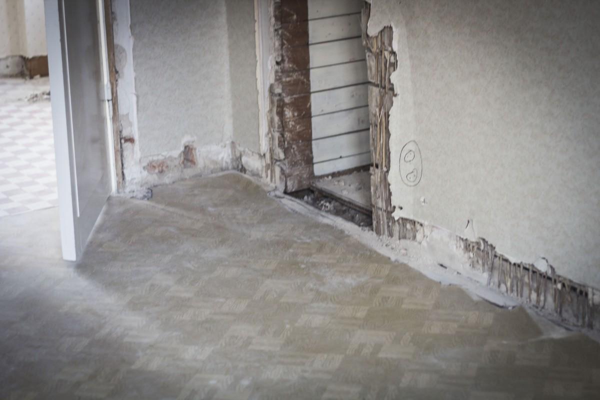 Hålet där garderobsdörren stod och nedriven puts från kloasongväggen.