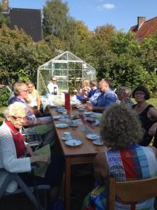 Tårtkalas i trädgården