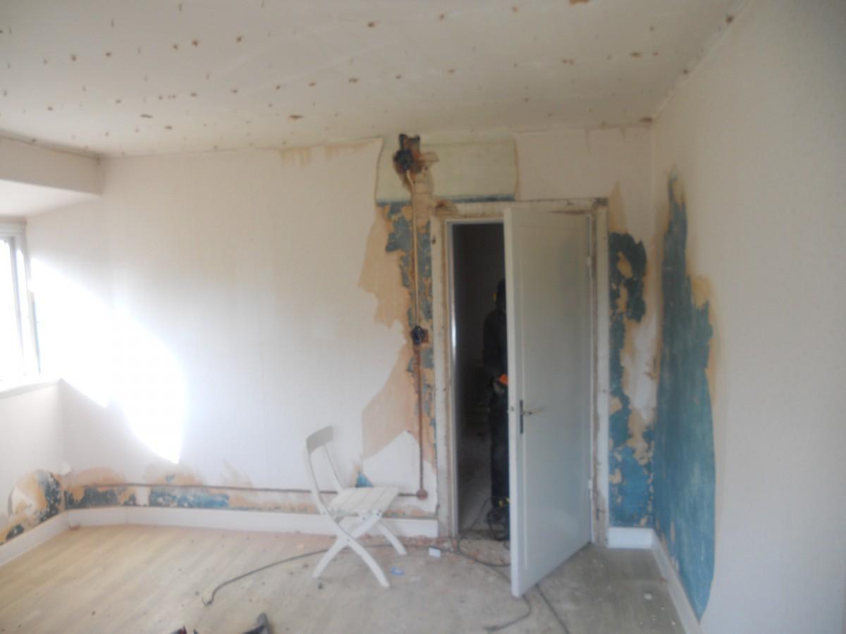 Vardagsrummet med spårade väggar.