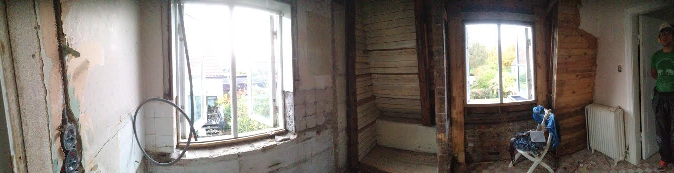Man börjar kunna ana badrummets blivande form nu när det rivits väggar.