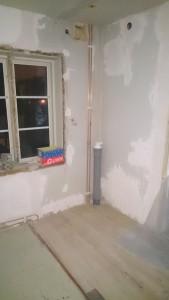 Hallen, för fönsterbrädan blivit lappad och lagad.