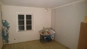 Vardagsrummet, numera med en gipsad vägg.