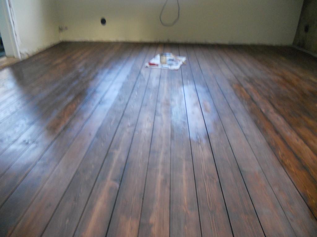 Dammigt golv och rengjort golv