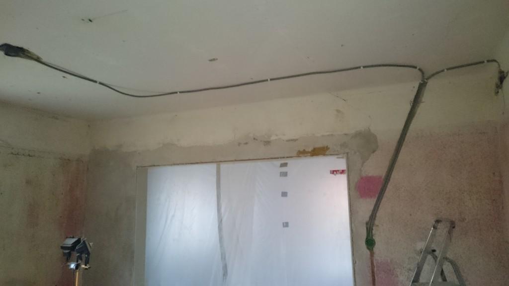 Strömbrytare och eluttag fick flyttas för att de gamla sitter på väggen som ska rivas.