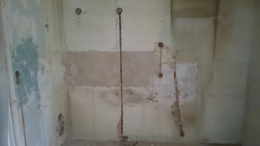 Fick ett tip under rivningshelgen att sätta eluttagen til kyl och frys så de kunda dras ut utan att flytta kylen.  Höjd: 2050mm, 330mm och 930mm från vägg